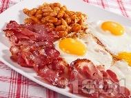 Класическа (оригинална) английска закуска с пържени яйца, бекон и боб